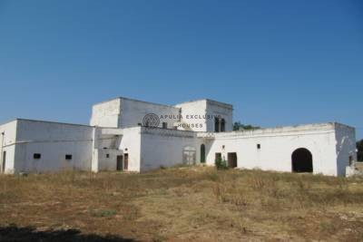 ANTIQUE MASSERIA IN STONE WITH STABLES IN OSTUNI