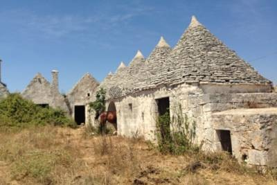 ANTIQUE FORTIFIED TRULLI MASSERIA IN MARTINA FRANCA, APULIA