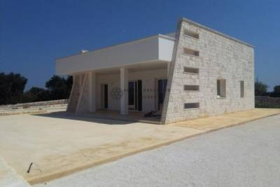 FOR SALE VILLA WITH POOL OVERLOOKING THE SEA AND OSTUNI IN CAROVIGNO, APULIA